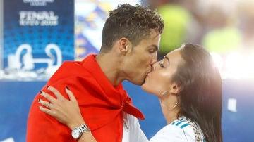 El beso de Cristiano Ronaldo y Georgina Rodríguez tras ganar el Real Madrid la final de la Champions League