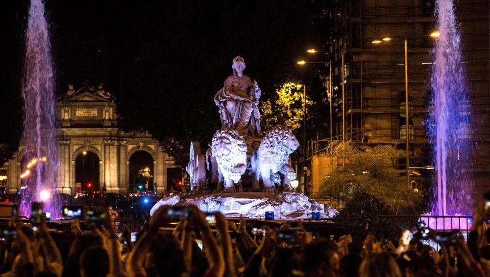 Aficionados del Real Madrid celebran en la madrileña Plaza de Cibeles la victoria del equipo blanco en la final de la Liga de Campeones Aficionados del Real Madrid celebran en la madrileña Plaza de Cibeles la victoria (27-05-2018)