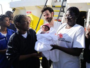 Nace un bebé en el Mediterráneo