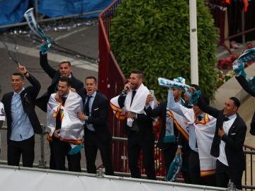 Sergio Ramos cantando con sus compañeros en Cibeles