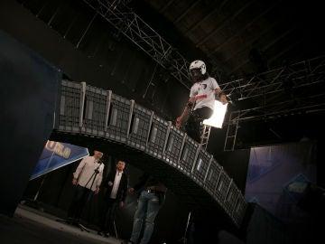 ¿Logrará Marron cruzar un puente gigante hecho con cajas?