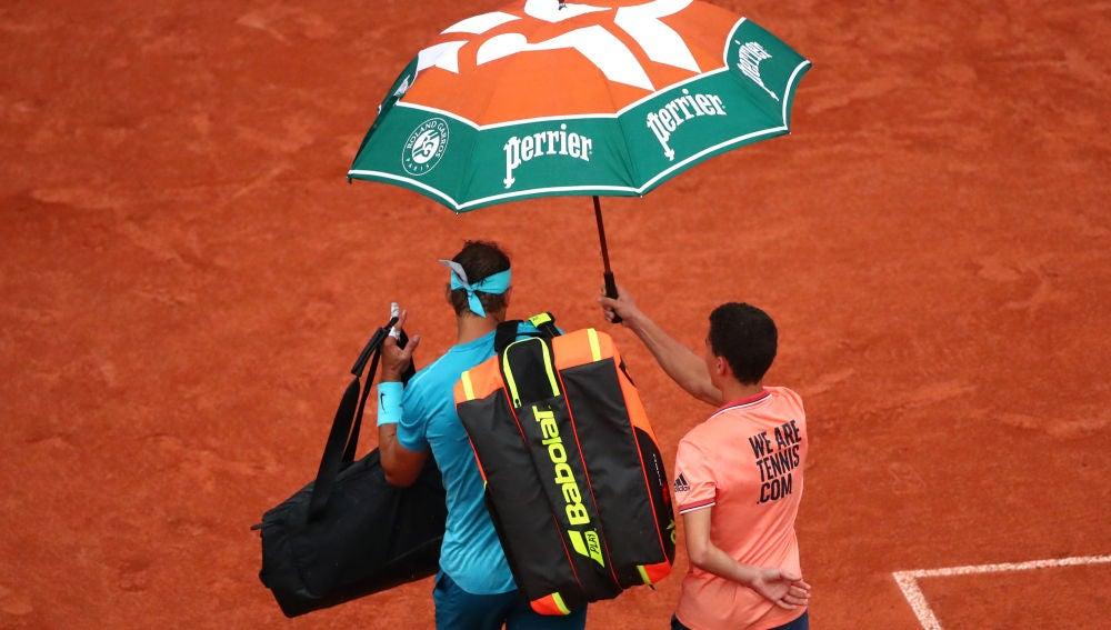 Rafa Nadal abandona la Philippe Chatrier bajo un paraguas
