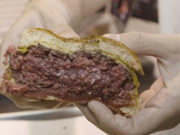 Esta hamburguesa está tremenda, amigos.