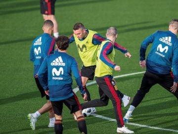 Iago Aspas conduce el balón durante el entrenamiento de la Selección