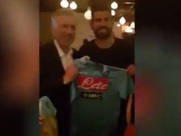 Ancelotti y Diego Costa posan con la camiseta del Nápoles