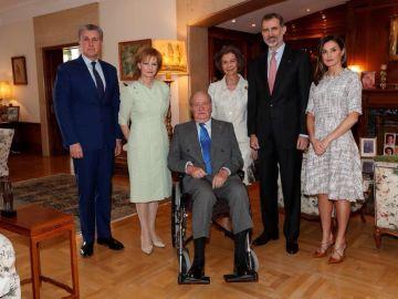 La imagen difundida por la Casa Real en la que aparece Don Juan Carlos en silla de ruedas