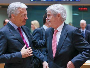 El ministro español de Exteriores, Alfonso Dastis, conversa con su homólogo belga, Didier Reynders
