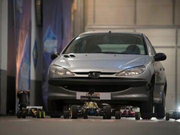 El complicado reto de Marron en 'El Hormiguero 3.0': arrastrar un coche con cinco coches teledirigidos