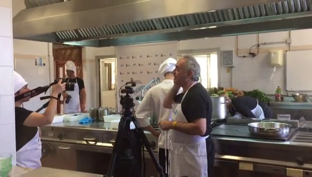 Ferrán Adriá cocina un puchero canario ante la mirada de 1800 estudiantes de cocina