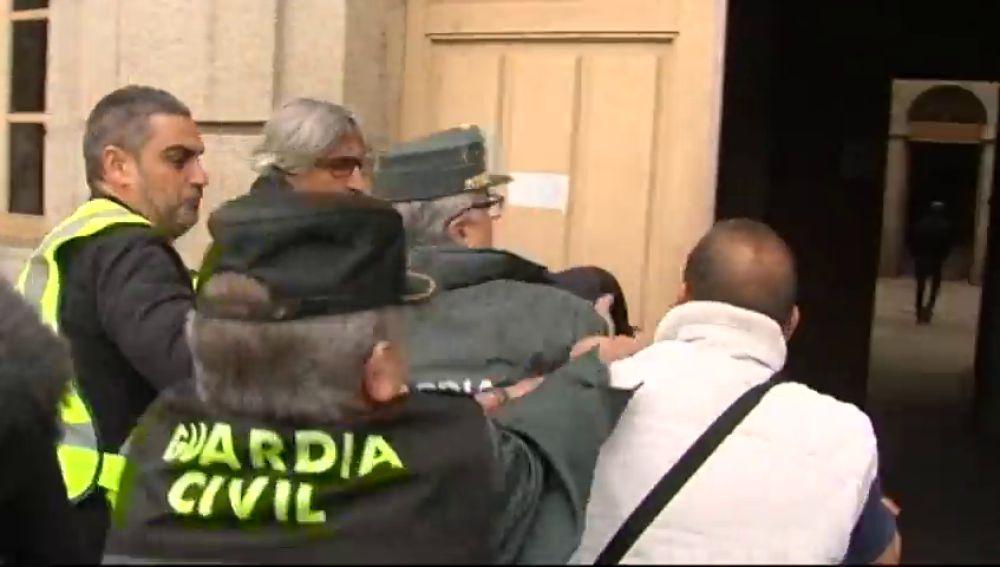 Un afectado intenta agredir al pirotécnico de Tui a su llegada al juzgado