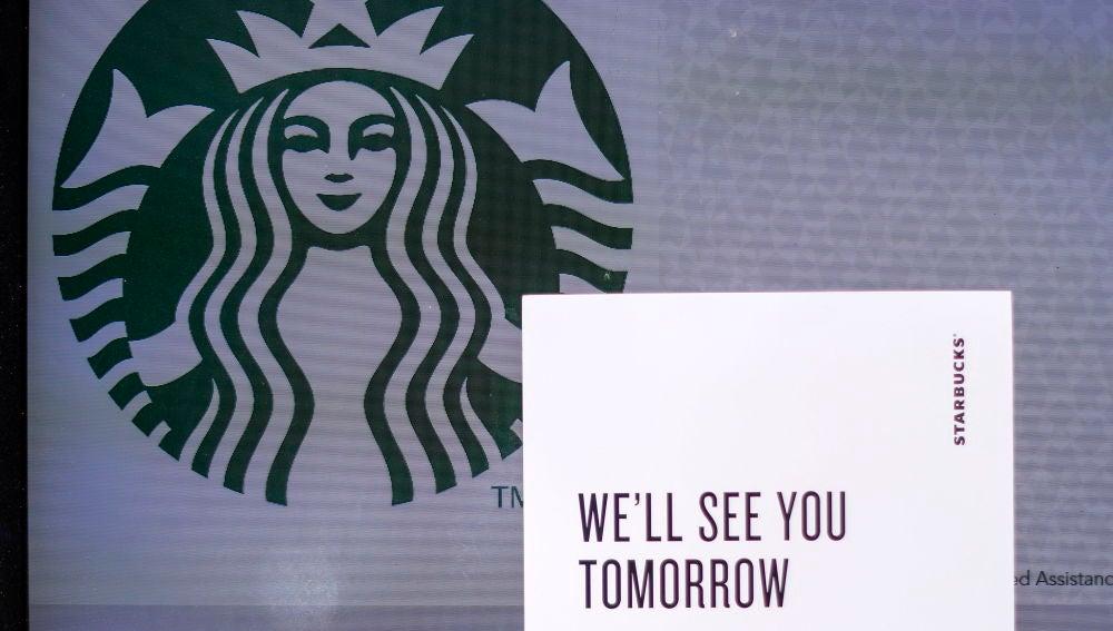 """Vista de un local de Starbucks que tiene un letrero en el que se lee """"Te veremos mañana"""""""