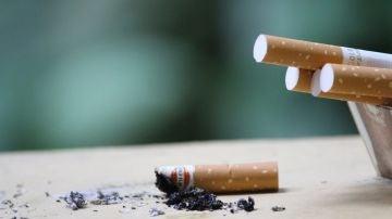 Un cenicero con cigarros