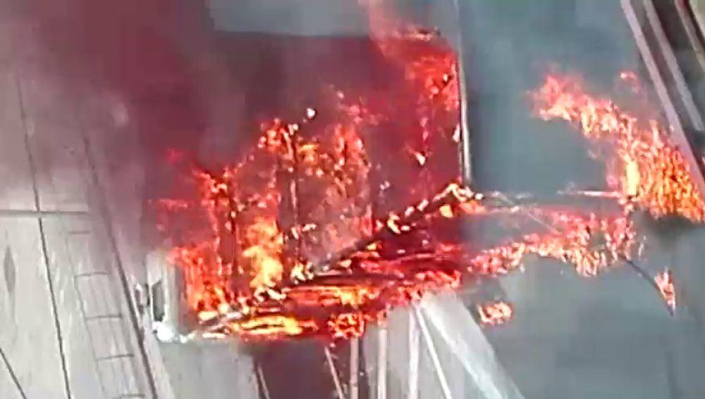 Un camión vuelca, se incendia y provoca el colapso de la entrada a Bilbao