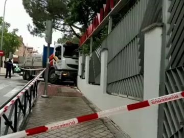 Un camión choca contra el muro de una guardería en Madrid