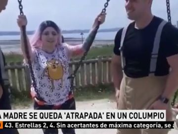 Rescatan a una madre que se quedó atrapada en un columpio