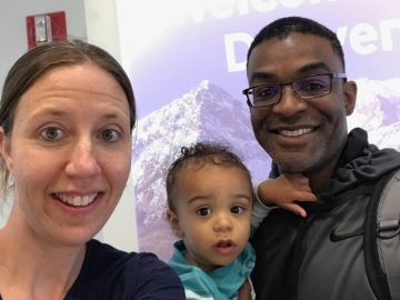 Lindsay Gottlieb, junto a su hijo y su marido