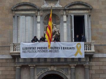 Fachada del Palau de la Generalitat con una pancarta pidiendo la libertad de los politicos presos