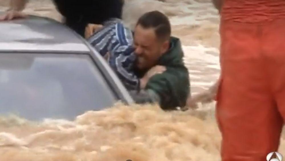 Rescate de tres ancianos en una riada en Valencia