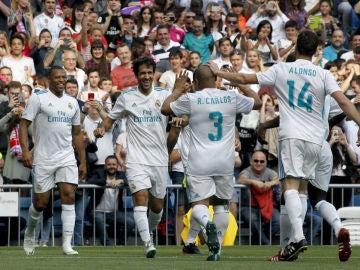 Raúl celebra un gol con las leyendas del Real Madrid