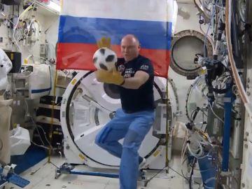 Uno de los astronautas, con el balón de Rusia