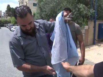 <p>Palestinos queman la bandera de Argentina ante la visita de la 'albiceleste' a Israel</p>