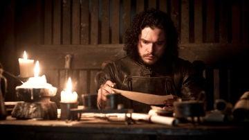 Jon Snow leyendo el guion del final de 'Juego de Tronos' antes de que explote