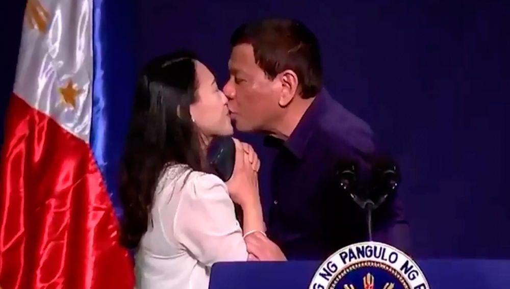 Rodrigo Duterte besando a una mujer