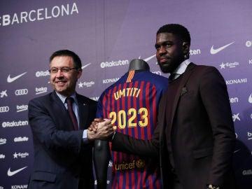 Bartomeu y Umtiti se dan la mano en el acto de renovación del francés