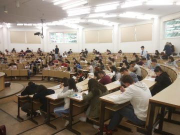 Alumnos realizando exámenes