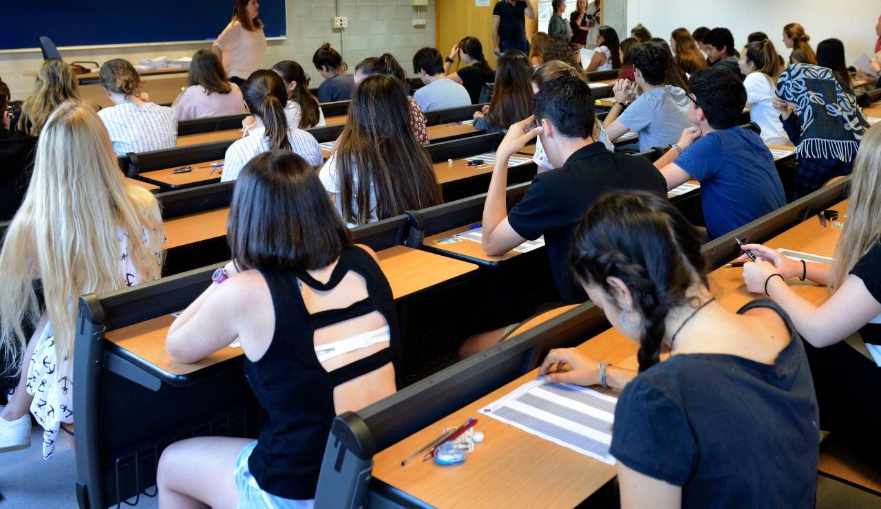 Imagen de archivo de los alumnos realizando la EBAU