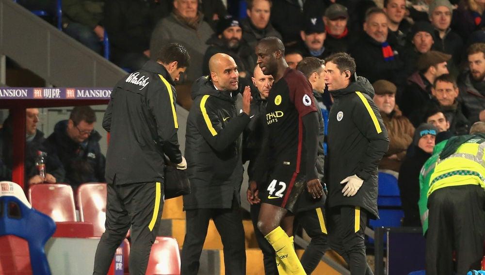 Guardiola se dirige a Touré en un partido del Manchester City
