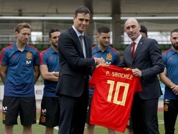 Pedro Sánchez y Luis Rubiales, con los jugadores de la Selección