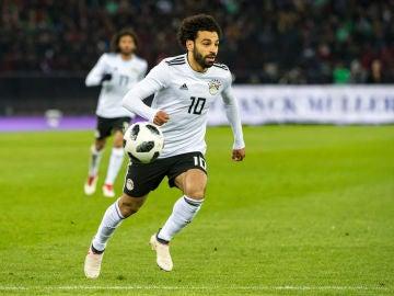 Salah conduce el balón en un partido de Egipto