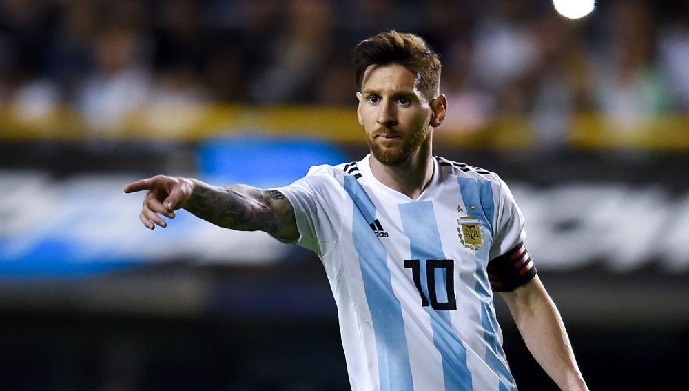 Leo Messi da indicaciones durante un partido de la selección argentina