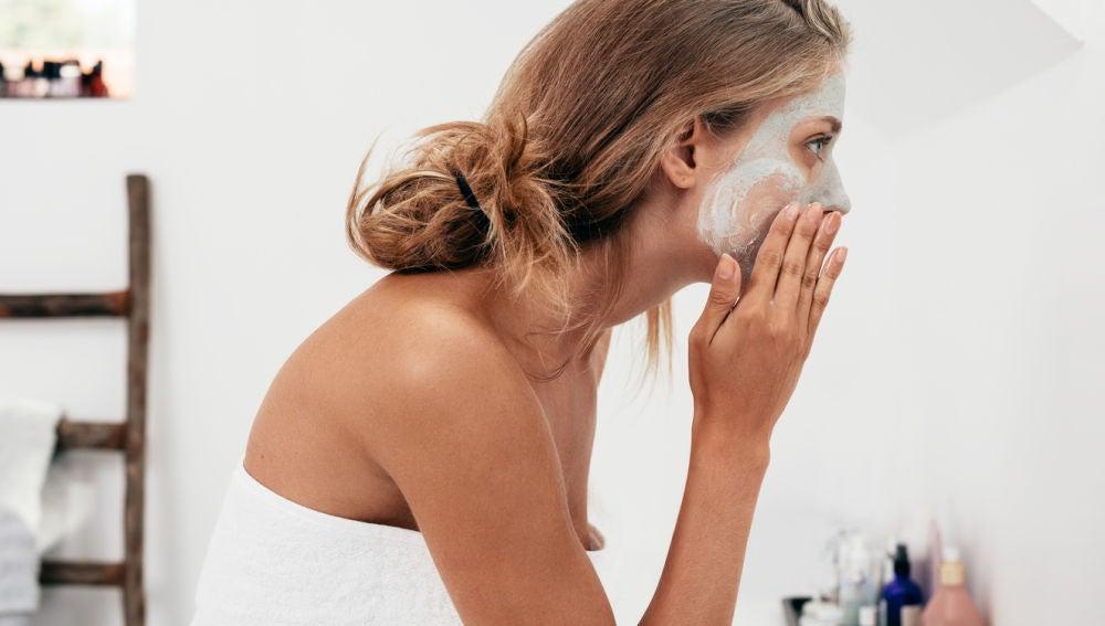 Mujer poniéndose crema.