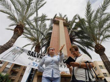 Una vecina protestando por la retirada de la cruz