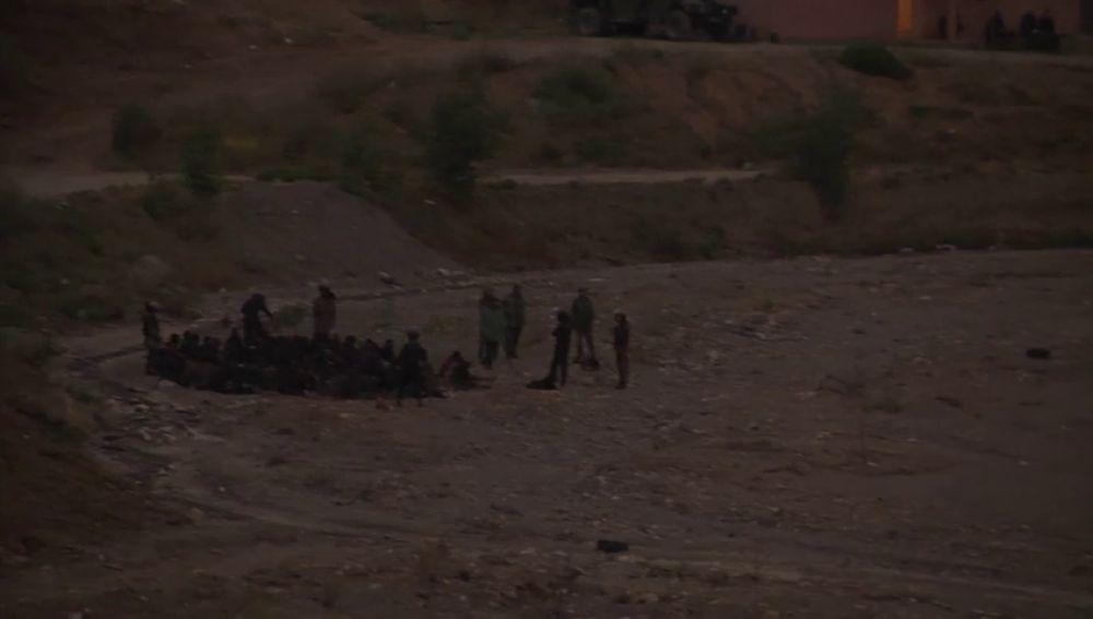 <p>Unas 400 personas intentan saltar la valla que separa Marruecos de Ceuta </p>