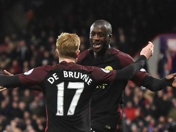 De Bruyne celebra un gol con Yaya Touré