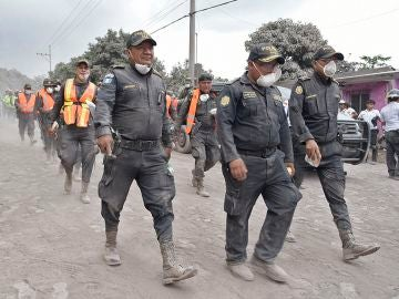 Policías guatemaltecos continúan con la búsqueda de más supervivientes