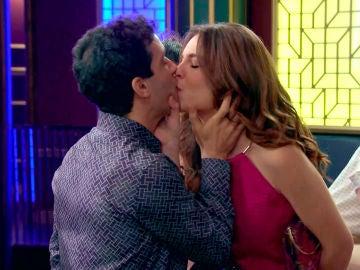 María se come a besos a Ignacio en la celebración de su cumpleaños