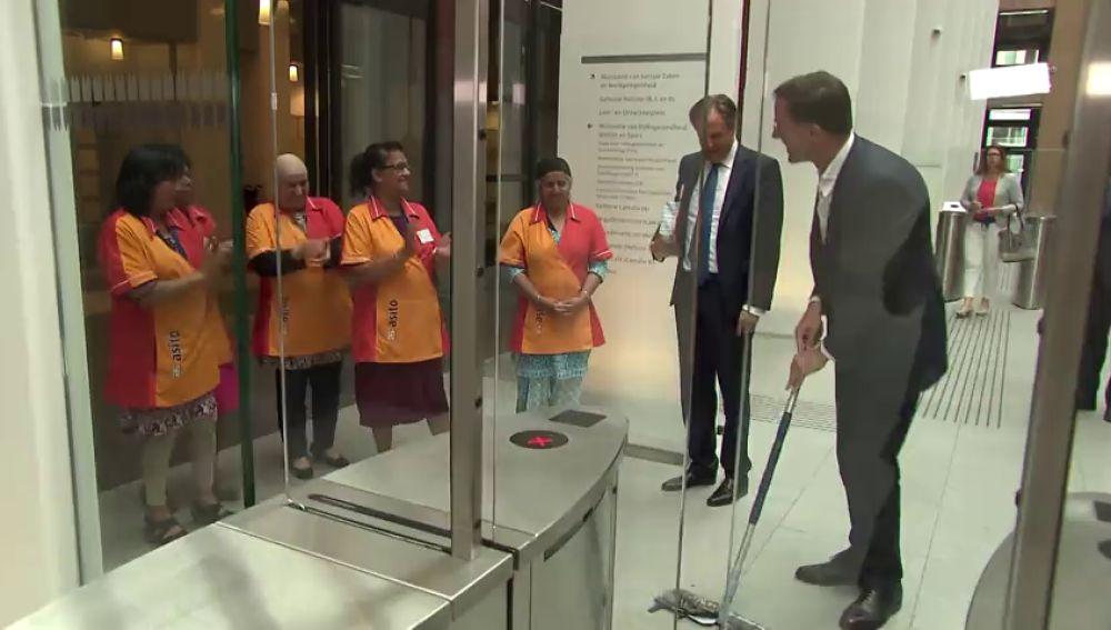 <p>El primer ministro holandés derrama su café por el suelo y él mismo se encarga de limpiarlo</p>