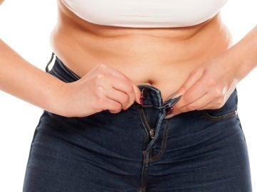 Mujer con grasa abdominal