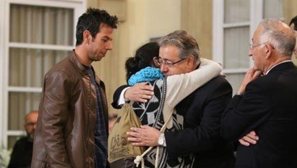 Zoido abrazando a los padres de Gabriel