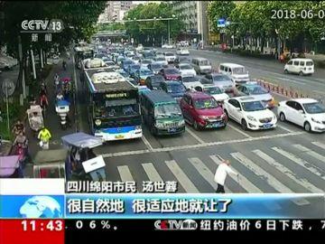 Un anciano bloquea una carretera de diez carriles al intentar cruzarla