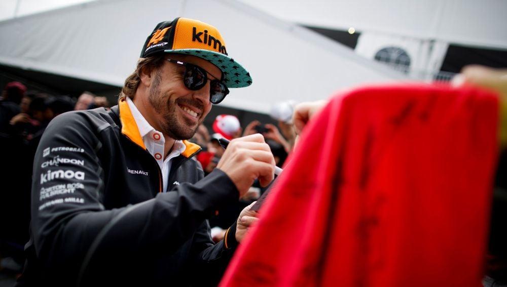 Fernando Alonso firma autógrafos en Montreal
