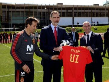 Lopetegui, Felipe VI y Luis Rubiales posan con la camiseta del monarca