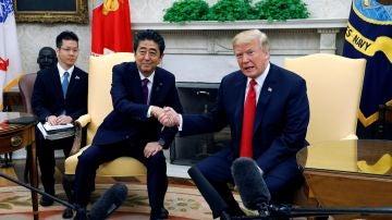 El presidente estadounidense, Donald Trump, estrecha la mano del primer ministro japonés, Shinzo Abe