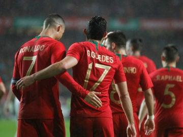 Guedes y Cristiano celebran un gol ante Argelia