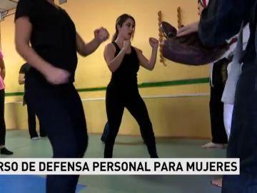 Policías imparten un curso de defensa personal para mujeres