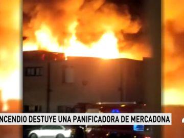 Un espectacular incendio devora una panificadora de Mercadona en Valencia